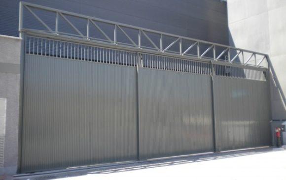 Instalación de puerta de corredera motorizada
