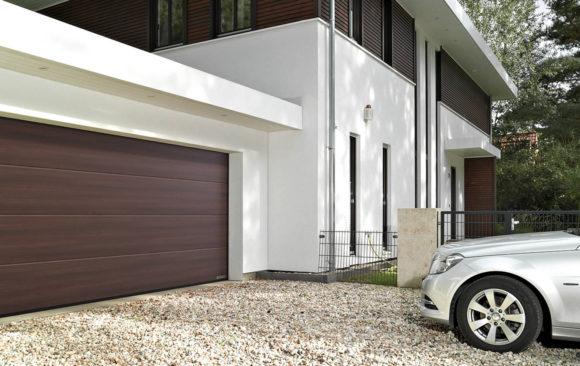 Instalación de puerta seccional en garaje comunitario
