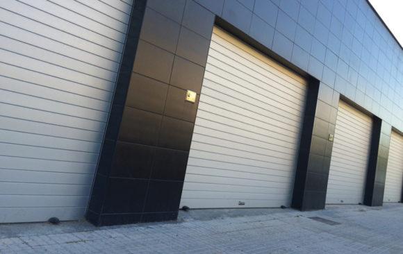 Instalación de puerta enrollable modelo master + puerta peatonal lateral
