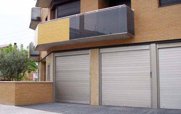 Puerta seccional en vivienda particular